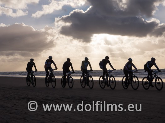 stockfoto mountain biker beach