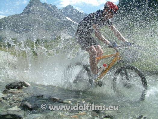 stockfoto mountain biker water