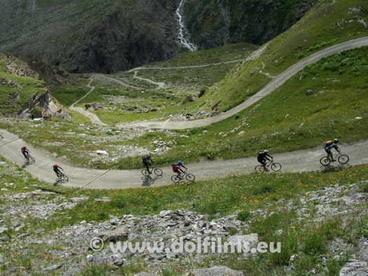 stockfoto mountain bikers downhill